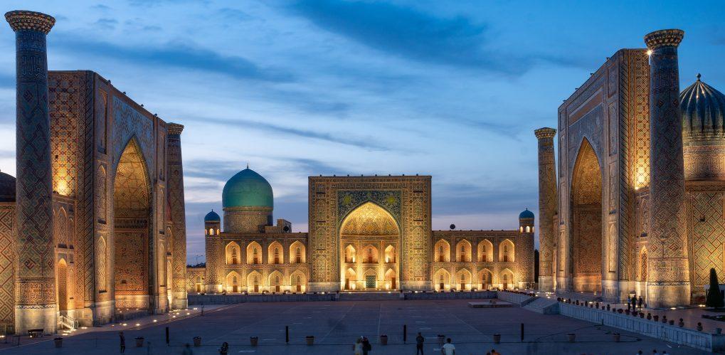 De drie madrassa's aan het Registan in Samarkand zijn prachtig verlicht in het avondlicht